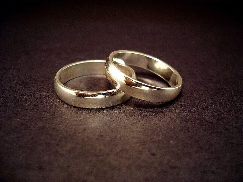 800px-Wedding_rings